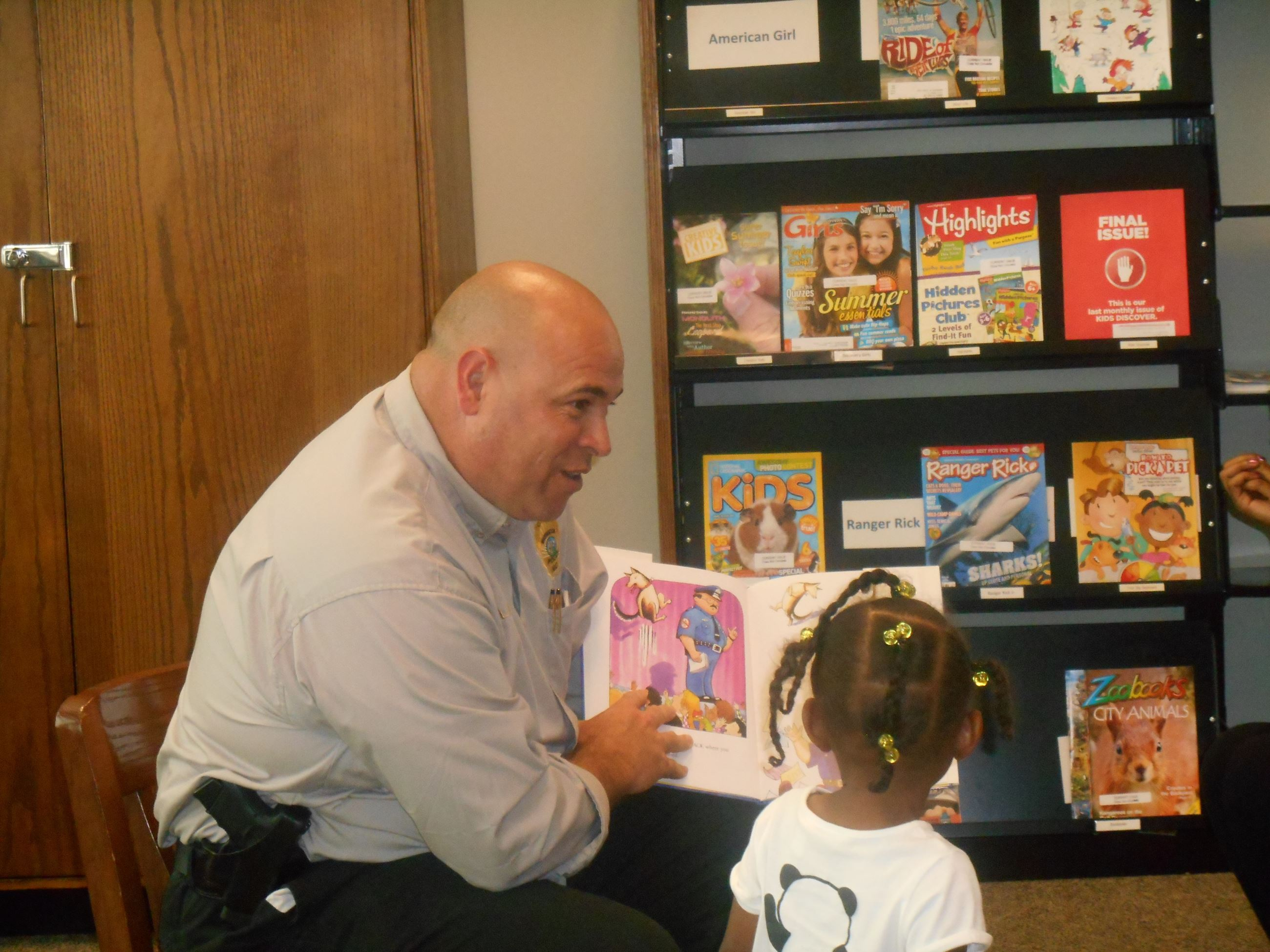 Police Officer reading book to kids